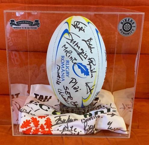 Mingea și tricoul oficial al echipei naționale de rugby